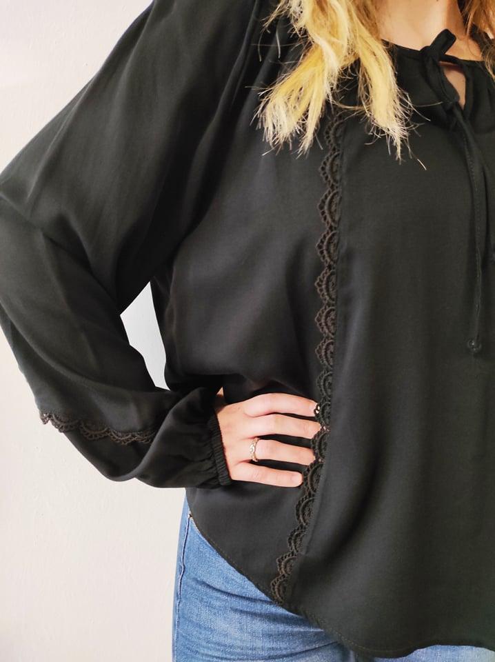 Μπλούζα boho με δαντέλα & δέσιμο στον λαιμό μαύρη 21426-1