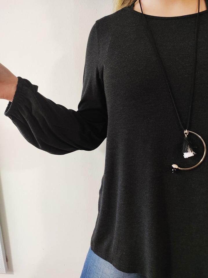 Μπλούζα πλεκτή λαιμόκοψη με σούρα στο μανίκι & κολιέ γκρί 21416